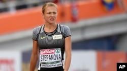L'athlète russe Yuliya Stepanova, dénonciatrice du dopage de ses compatriotes, a subi une blessure lors de la course de 800m/dames des Championnats d'Europe d'athlétisme à Amsterdam, aux Pays-Bas, 6 juillet 2015.