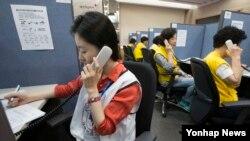 한국에서 남북 이산가족 생사확인 추진센터가 가동에 들어간 1일 서울 중구 대한적십자사에서 센터 상담 요원들이 업무를 보고 있다.