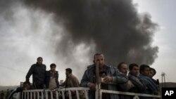 Người dân trên chiếc xe tải tại trạm kiểm soát gần Qayara, phía nam Mosul, Iraq, ngày 1/11/2016.
