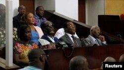 De gauche à droite, l'ancienne Première dame ivoirienne, Simone Gbagbo, l'ancien Premier ministre, Gilbert Ake N'Gbo, le chef du Front Populaire Ivoirien (FPI), Pascal Affi N'Guessan et le vice-président du FPI Aboudramane Sangare au premier jour du procès dans lequel ils sont des accusés.
