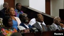 L'ex-première dame ivoirienne assise avec d'autres responsables du Front Patrioitique Ivoirien (parti de Laurent Gbagbo) à l'ouverture du procès contre Mme Gbabgo.
