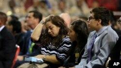 La hermana Ana Hernández junto a sus hijos durante el funeral de su hermano el agente de seguridad Gerardo Hernández.