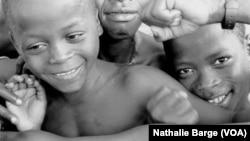 D'anciens enfants-soldats du Conseil des forces armées révolutionnaires (AFRC) de Johnny Paul Koroma, près de Freetown, en Sierra Leone, mai 2000. (Nathalie Barge, VOA)