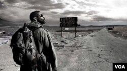 Denzel Washington berperan sebagai Eli, yang berusaha menyelamatkan cetakan buku Injil terakhir di muka bumi.