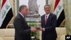 Menhan AS Ash Carter (kanan) dalam pertemuan dengan Menhan Irak Khaled al-Obeidi di Baghdad, Irak Senin (18/4).