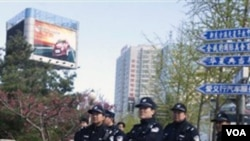 Polisi berjaga-jaga di sekitar wilayah yang dicurigai akan dijadikan tempat untuk misa umum oleh Gereja Shouwang.