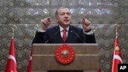 លោកប្រធានាធិបតីតួកគី Recep Tayyip Erdogan ថ្លែងទៅកាន់រដ្ឋបាលភូមីនៅក្នុងក្រុងអង់ការ៉ា ប្រទេសតួកគី កាលពីថ្ងៃទី១១ ខែមករា ឆ្នាំ២០១៨។