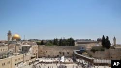游客在耶路撒冷老城犹太人祷告的西墙(又名哭墙)前(2017年6月26日)
