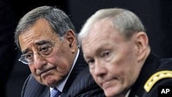 미 국방예산 기자회견에 참석한 리언 파네타 국방장관(왼쪽)과 마틴 뎀프시 합참의장.