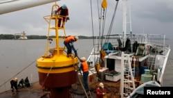 Cùng với việc nới rộng khu vực tìm kiếm, thời tiết tốt hơn giúp giới hữu trách có thể triển khai những trang thiết bị dò tìm dưới nước cùng với các toán thợ lặn.