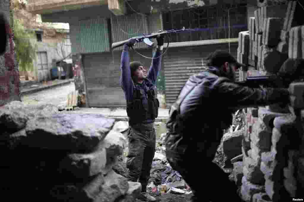 叙利亚自由军的战士12月24日在阿勒颇与忠于阿萨德总统的部队作战