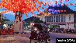 Kawasan Pecinan di Solo berhias menyambut Imlek, 25 Januari 2020. Perayaan Tahun Baaru bagi warga Tionghoa ini akan berlangsung selama sebulan. (Foto: VOA/ Yudha Satriawan)