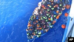 瑞典海岸衛隊8月26日在利比亞海岸外救起一艘漁船上的 439 名難民, 漁船上有 51 人死亡