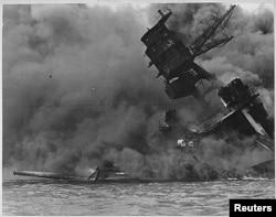 Корабель ВМС США USS ARIZONA охоплений вогнем після нападу японців на Перл-Гарбор. 7 грудня 1941-го року