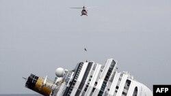 Italijanski vatrogasac spušta se iz helikoptera na prevrnuti brod Kosta Konordija nadomak Djilja na obali Toskane.