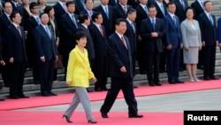 27일 베이징에서 박근혜 한국 대통령(왼쪽)과 시진핑 중국 국가주석이 박 대통령 방중 환영식 장소로 함께 들어서고 있다.