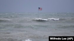 Plaža Vero na Floridi tokom udara tropske oluje Isaias (Foto: AP/Wilfredo Lee