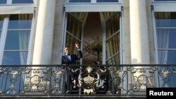 프랑스 축구 국가대표 팀을 우승으로 이끈 킬리안 음바페가 지난 16일 프랑스 파리 엘리제궁에서 열린 공식 환영 행사 중 발코니에 나와 포즈를 취하고 있다.