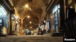 شام کے شہر حلب کے مشہورِ زمانہ تاریخی بازار 'سوق المدینہ' کا ایک منظر۔ بازار میں ہفتے کو بھڑکنے والی آگ کے نتیجے میں سیکڑوں دکانیں خاکستر ہوگئی ہیں