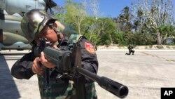 타이완이 실효지배하고 있는 남중국해 타이핑 섬에서, 23일 군인들이 C-130 수송기 주변을 경계하고 있다.