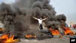 معترضان با آتش زدن تایرها، شاهراه ها را بسته بودند