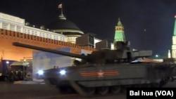 5月4日阅兵彩排中的阿尔玛塔主战坦克 (美国之音白桦拍摄)