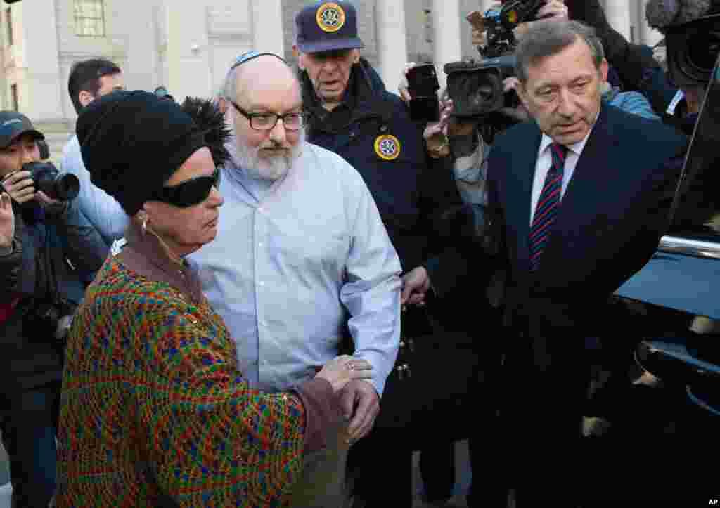 Jonathan Pollard và vợ rời khỏi tòa án liên bang ở New York. Pollard được phóng thích sau khi được cho ra tù trước thời hạn sau khi ngồi tù 30 năm ở bang North Carolina vì bị kết tội chuyển thông tin mật cho Israel năm 1987 trong khi đang làm nhà phân tích của Hải quân Mỹ.