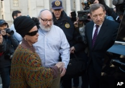 Convicted spy Jonathan Pollard and his wife, Esther leave the U.S. federal courthouse in New York, Nov. 20, 2015.