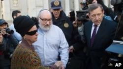波拉德和妻子离开纽约的联邦法庭。(2015年11月20日)