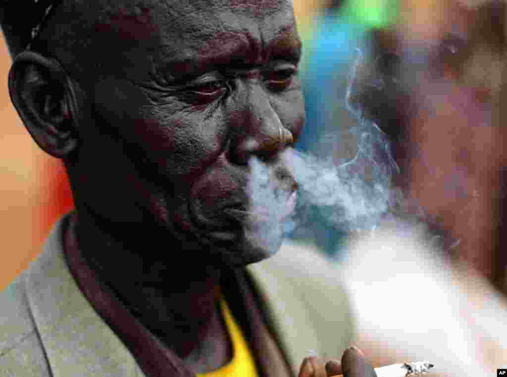 Mkazi wa Sudan kusini aliyerudi nyumbani akisubiri wafanyakazi wa Idara ya Chakula Duniani kuanza kugawa chakula.huko Bahr el Ghazal jimbo la south Sudan.