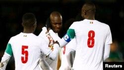 Le Sénégalais Moussa Sow fête son premier but contre le Nigérien, à Londres, le 23 mars 2017.