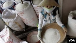 Seorang pedagang beras di Ho Chi Minh, Vietnam (foto: dok). Pemerintah Vietnam mengandalkan reformasi pertanian di wilayah lumbung padi utamanya untuk memenuhi tantangan yang ditimbulkan oleh perubahan iklim dan aliran air yang terganggu di Sungai Mekong.
