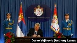 Predsednik Srbije Tomislav Nikolić potpisuje odluku o raspuštanju parlamenta i održavanju vanrednih izbora