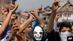فائل: بھارت کے زیرِ انتظام کشمیر میں نوجوان مظاہرین آزادی کے حق میں نعرے لگاتے ہوئے۔