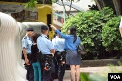 行人接受警員指示繞路而行。(美國之音湯惠芸)