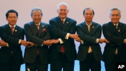U.S. State Secretary Rex Tillerson, center, links arms with ASEAN foreign ministers as they take part in the ASEAN-U.S. Ministerial meeting in the 50th ASEAN Regional Forum in suburban Pasay city, southeast of Manila, Aug.6, 2017.