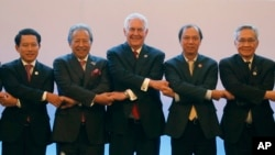 U.S. State Secretary Rex Tillerson, links arms with ASEAN foreign ministers as they take part in the ASEAN-U.S. Ministerial meeting in the 50th ASEAN Regional Forum in suburban Pasay city, southeast of Manila, Aug.6, 2017.