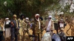 Des membres d'un groupe armé présentés à Kidal, Mali, 13 juillet, 2016.