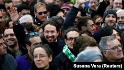 Pablo Iglesias lider španskog pokreta Podemos maše tokom skupa u Madridu.