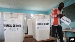 科特迪瓦清點地方選舉選票。