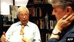 Sự nghiệp làm báo của ký giả Schorr (trái) trải rộng từ báo in, tới truyền hình và radio