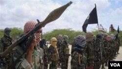 Militan al-Shabaab sedang berlatih di Mogadishu, Somalia (foto: dok). Pasukan Kenya dikabarkan saat ini sedang bergerak ke Afmadow, kota yang dikuasai oleh al-Shabab.
