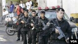 Pasukan keamanan Brazil siap siaga untuk melakukan penyerbuan ke perkampungan kumuh di Rio de Janeiro yang dikuasai gang narkoba.