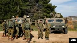 Tentara Israel berkumpul di Dataran Tinggi Golan yang dicaplok Israel, di perbatasan dengan Suriah, 27 Februari 2020. (Foto: AFP)
