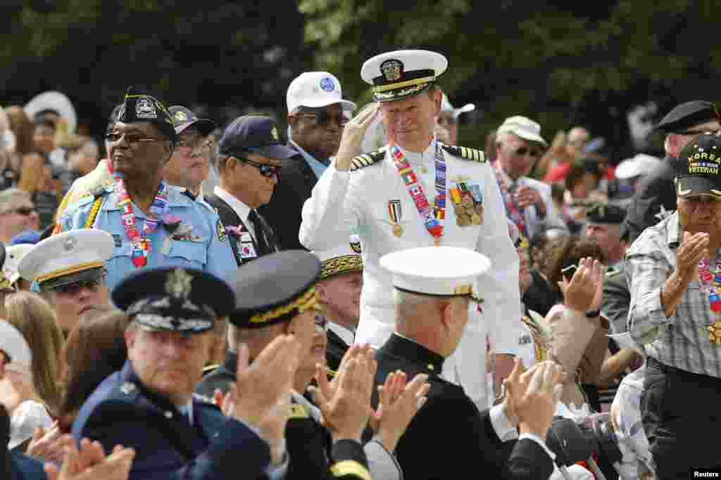 미국 워싱턴의 한국전 참전 기념공원에서 정전 60주년 기념식이 열린 가운데, 한국전 참전 용사들이 바락 오바마 미국 대통령의 기념 연설 중 참석자들의 박수를 받고 있다.