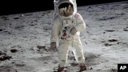 Откриена геолошка активност на Месечината