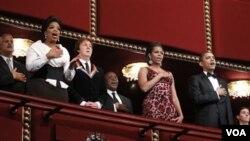 Presiden Obama (kanan), Michelle Obama (tengah) bersama musisi Paul McCartney dan pembawa acara televisi Oprah Winfrey (kiri) menyanyikan lagu kebangsaan Amerika pada acara tahunan penghargaan bagi insan seni di Kennedy Center, Washington.