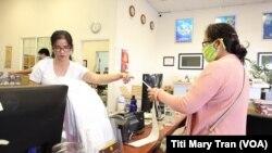 Khách gởi hàng hóa cho Việt Nam tại Vietlink Global ở Little Saigon
