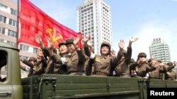 북한 정권 수립 65주년인 9일 평양에서 노동적위군의 대규모 열병식이 열렸다.