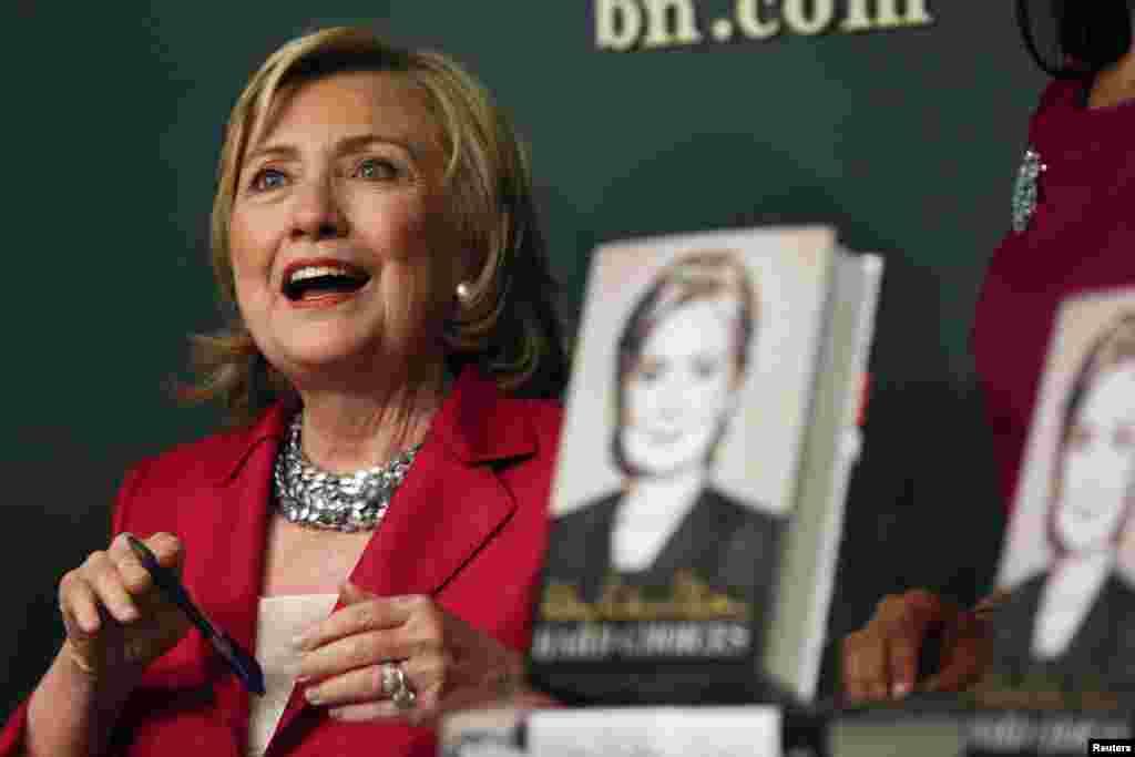 """Bà Hillary Clinton trò chuyện trong buổi ký tên quyển hồi ký mới phát hành """"Hard Choices"""" (Những lựa chọn khó) ở New York."""